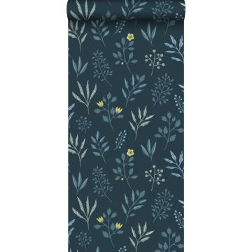 papier peint fleurs au style scandinave bleu foncé et jaune ocre de ESTA home