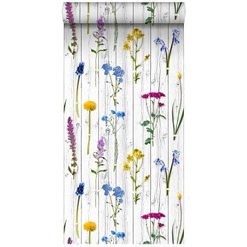 papier peint intissé XXL fleurs des champs sur des planches en bois rétro vintage gris chaud clair, jaune, bleu et rose bonbon de ESTA home